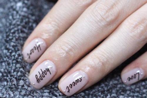 На ногтях слова. Самые модные идеи