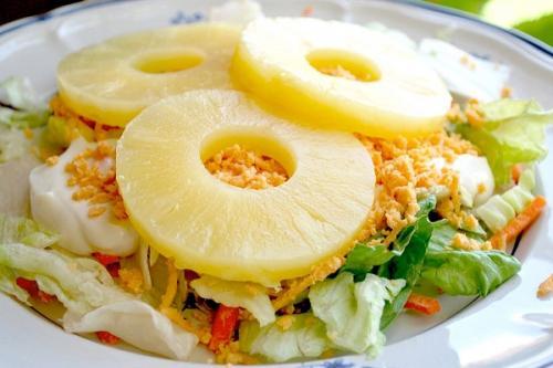 Салат с курицей и ананасами. Салат с курицей и ананасом