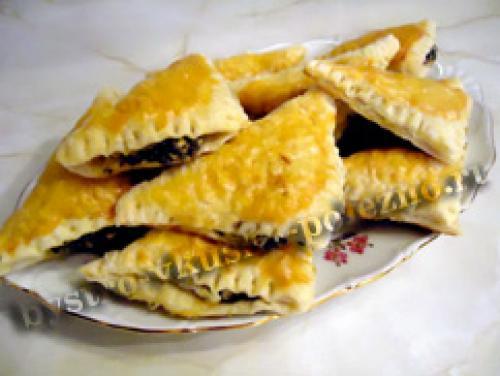 Слоеные пирожки с фетой. Пирожки из слоеного теста с сыром фета и шпинатом