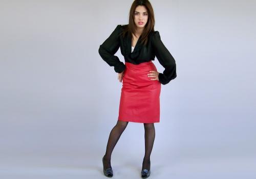 Белая блузка и красная юбка. Как выбирать красную юбку-карандаш