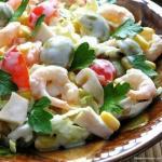 Салат с креветками, кальмарами, оливками и кукурузой.
