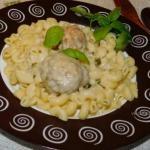 Тефтели в белом соусе с чесноком и базиликом.
