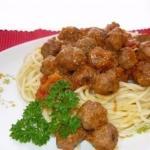 Спагетти с фрикадельками и соусом.