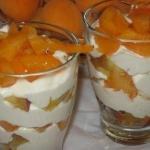 """Десерт """"Летний"""" - свежие, сочные персики и абрикосы в творожно - банановом креме с медом."""