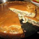 Нежный пирог с капустой и мясом.