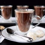 Имбирный горячий шоколад.