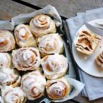 Ароматные булочки с корицей и сливочным кремом.