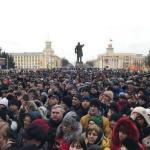 """В центре Кемерова сейчас проходит крупный митинг в память о жертвах пожара в торговом центре """"Зимняя Вишня""""."""