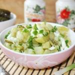 Картофельный салат с зеленым луком.