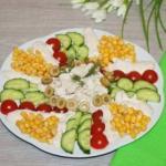 Салат с куриной грудкой и помидорами.