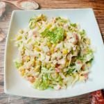 Крабовый салат с капустой и кукурузой.