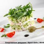 """Прекрасный и полезный салат на обеденный перерыв """"Тиан из Авокадо и Краба""""."""