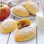 Пирожки из творожного теста с яблоками.