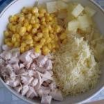 Салат из курицы с сыром и ананасом.