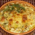 Картошка с курицей и грибами под соусом в глиняных горшочках.