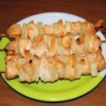 Куриные шашлычки с ананасами в духовке.